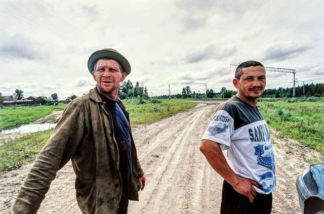 画像: 内陸部に入ったあたり、シベリア鉄道沿いに走っていて出会った2人。まだ昼間だったが、ウォッカを飲んでいてすでに「ご機嫌」な様子だった。