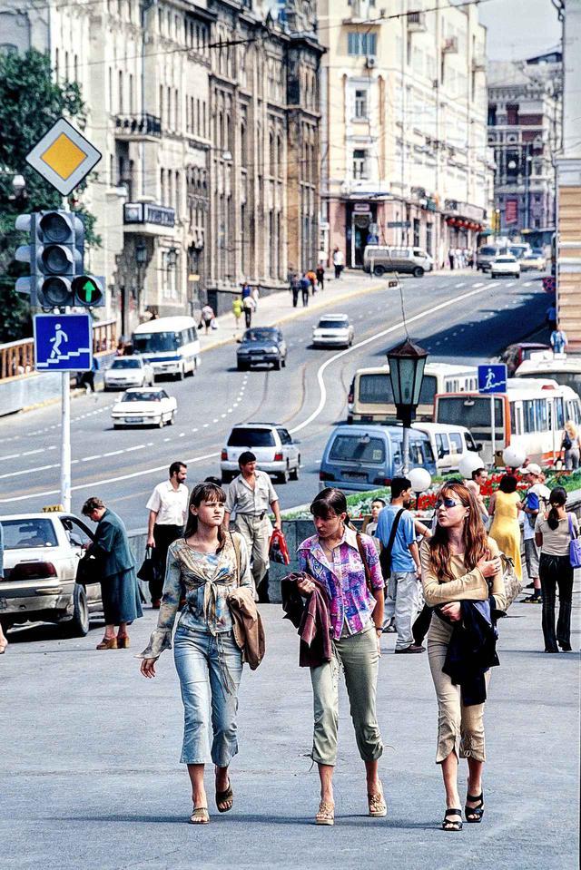 画像: 真夏のウラジオストク市内。街行く3人のスタイルの良さと、太陽を求めた(?)その大胆な露出に、思わずシャッターを切る。