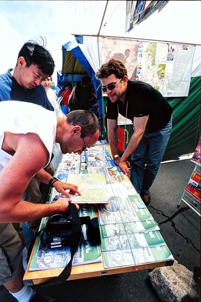 画像: ウラジオストクの露天マーケットで、必要と思われるロシアの地図を探す。どの地図が最新で正確なのか、その判断が難しかった。