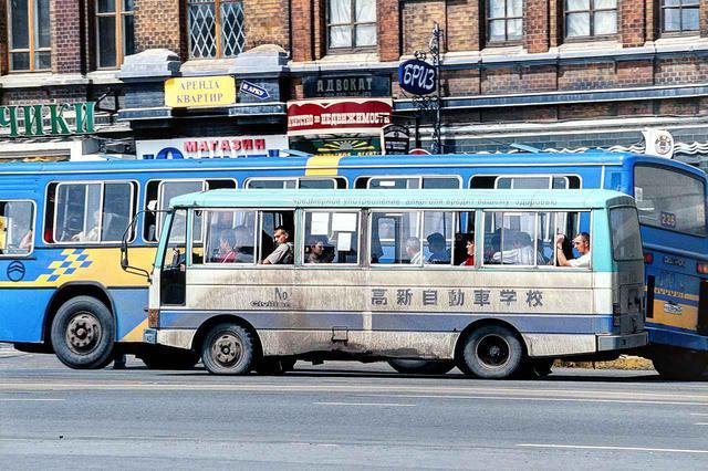 画像: 自動車教習所に通うロシア人のグループ、ではない。日本の教習所で使用されたバスが、そのロゴを付けたままで活躍していた。