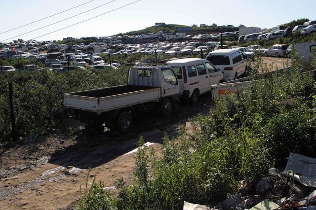 画像: 市内からクルマで10分ほどの位置にある「グリーンコーナー」と呼ばれる場所。丘の上に、大量の中古車が並ぶ。
