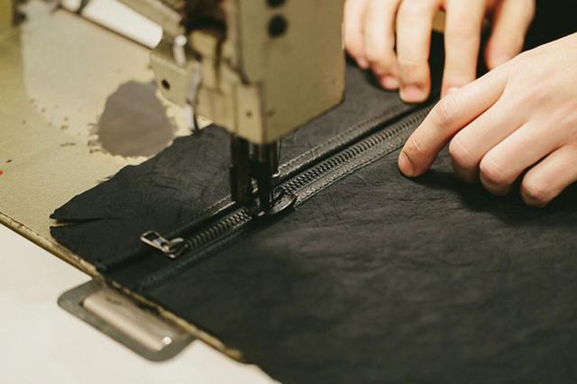 画像: master-piece自社ファクトリーBASE OSAKAでの縫製2