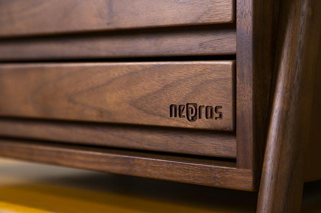 画像: 「nepros」の刻印が入る。ウォルナットは、使い込むほどに経年変化を楽しむことができる素材である。