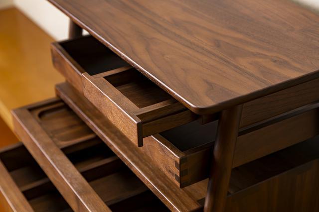 画像: 小物の収納に便利な引き出しや取り外せるトレイ、仕分けできる2段引き出しなど高級家具としても使える。