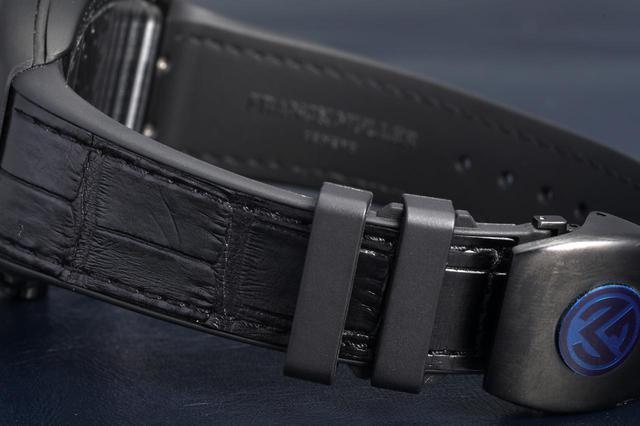 画像: 表はレザー、裏はラバーの混合ストラップ。Dバックル仕様なので装着時も安心だ