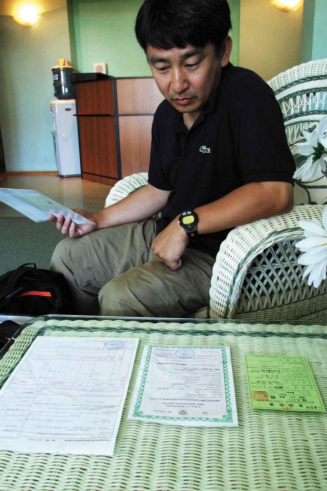 画像: カルディナの通巻関係書類。小さいのは、関東運輸局発行の登録証書。左はロシア入国時の手荷物証明書。商品でないことの証明。