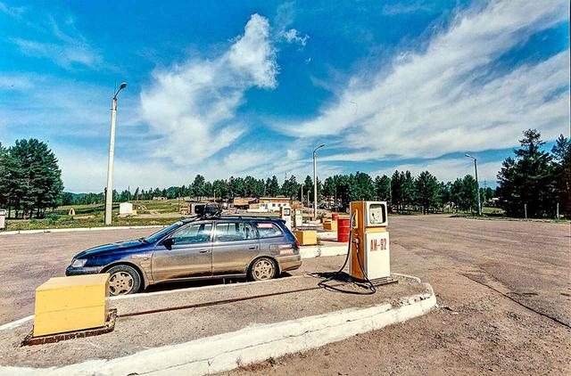 画像: クラシックな趣のあるガソリンスタンド。基本的には、近代的な造りのスタンドで給油したが、時にはこういうスタンドでの燃料補給も行った。