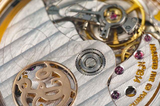 画像: ガラスにはロジェ・デュブイの初期のロゴ模様が刻まれている