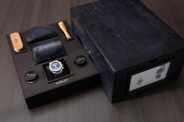 画像: ウブロ×ベルルッティの付属品。巨大な箱にはシューケア用品やケースが同梱されている
