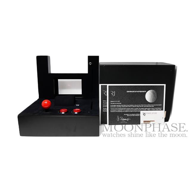 画像: スペースインベーダーの箱には、アーケードスティックとボタンが配置されている www.moon-phase.jp