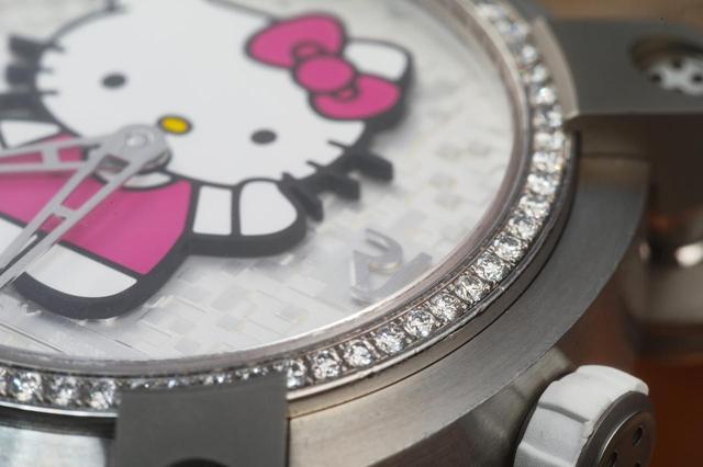 画像: ベゼルには70個のダイヤモンドが並ぶ