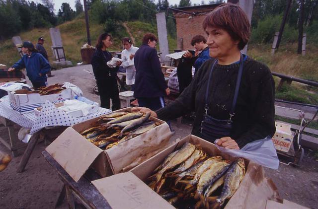 画像: これがバイカル湖で獲れる魚「オムリ」の薫製。濃厚な味わいで「めちゃめちゃうまかった」とカメラマンの田丸氏も感激した。