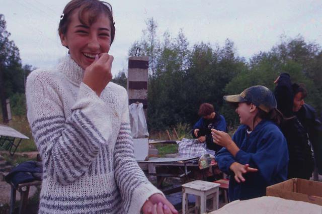 画像: 少し汚い話が続くので癒しを……。バイカル湖の湖畔でオムリの薫製を売る露天にて。カメラを向けられてはにかむ少女。まだ中学生くらいだろうか。