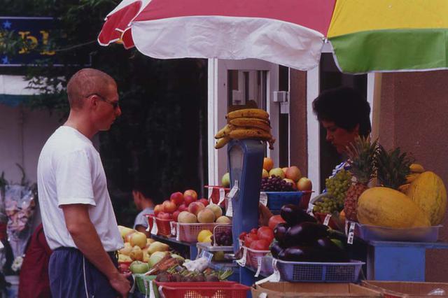 画像: ウラジオストク市内のフルーツショップ。多様な果物を売っていたが、スイカが多く出回っていたのも印象的だった。