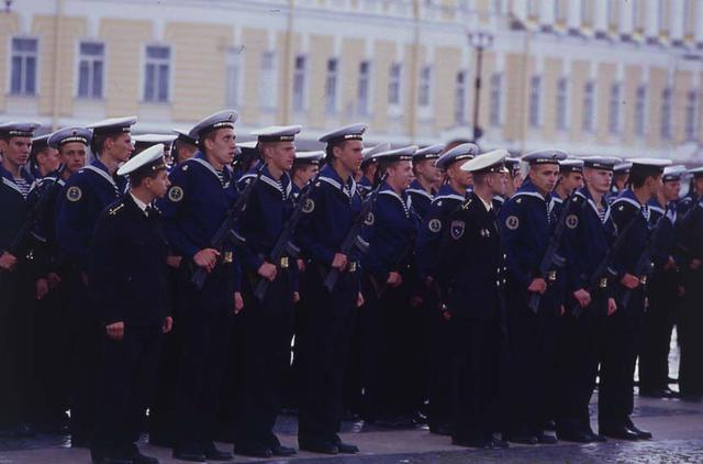 画像: サンクトベテルブルグのエルミタージュ美術館前の広場にて。海軍士官学校の生徒による、卒業式の予行練習を見た。