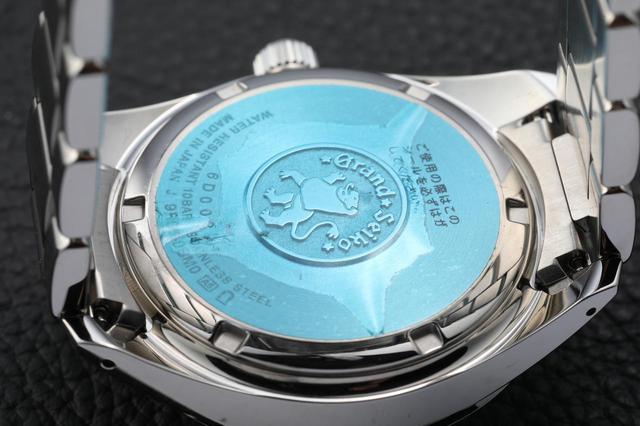 画像: 裏蓋には、最高峰の腕時計を目指す意志と野望が込められた「獅子の紋章」が。※青いシールは保護シールです