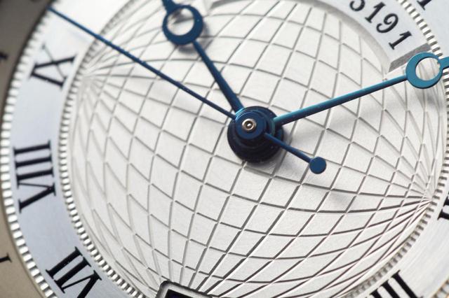 画像: 文字盤中央には地球儀を彷彿とさせるギヨシェ彫り