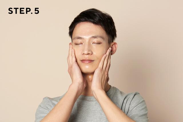画像: 手のひらで顔全体によくなじませます www.makuake.com