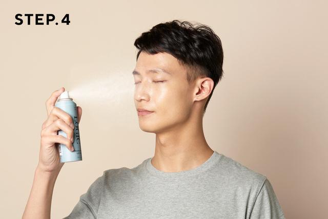 画像: 化粧水を肌から20cmほど離し、目と口を閉じて円を描くように1〜2秒程度スプレーします www.makuake.com