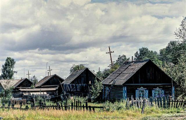 画像: ユーラシア大陸横断で通ったロシアの中で、もっとも奥地にあたる場所だったのがこのスコヴォロジノあたり。確かに、ある意味で歴史を感じさせる建物が建ち並び、あたりの道も荒れたダートだった。