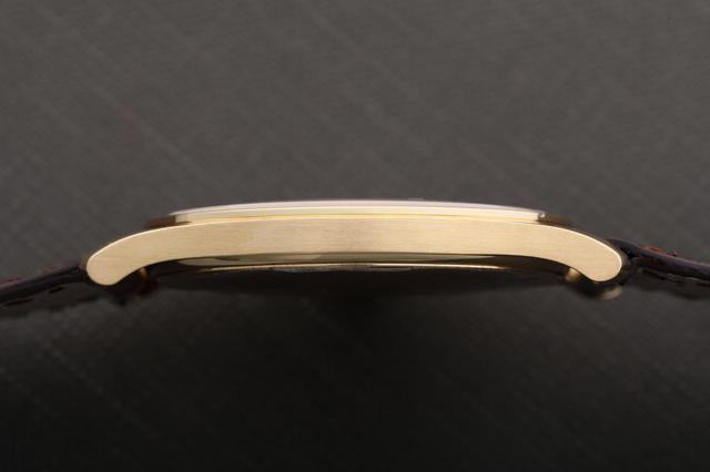 画像: この薄さは手巻き時計ならでは