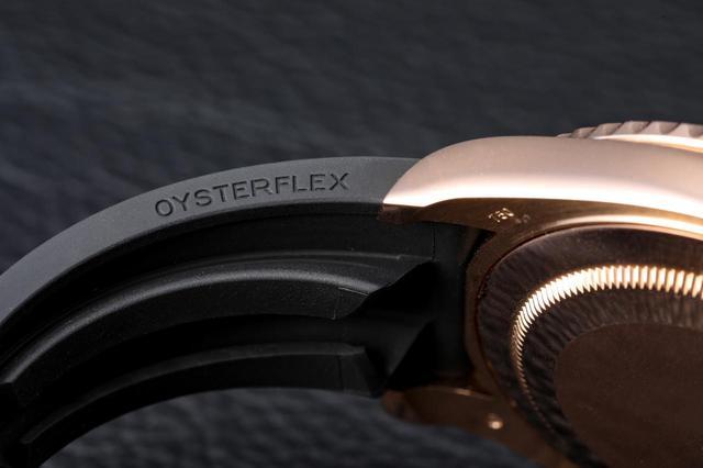 画像: オイスターフレックス ブレスレット。縦方向クッションシステムにより装着感も向上
