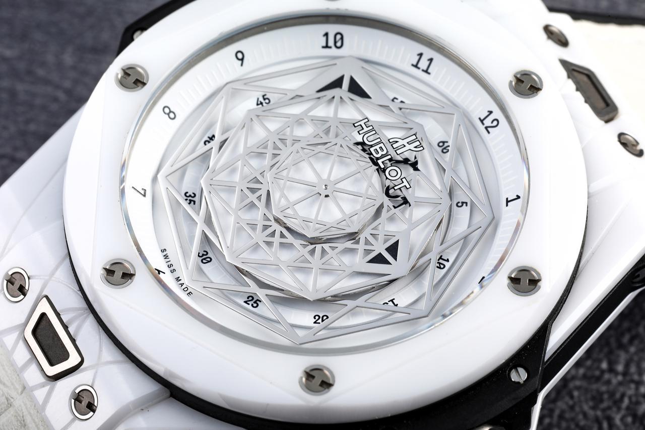 """画像: 目を引く幾何学模様のディスク。これがこの時計の""""針""""である"""