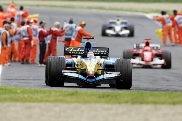画像: 2005年にサンマリノGPは世代交代を象徴する一戦となった。アロンソは強靭なメンタルでシューマッハのプレッシャーを跳ね除けた。 www.formula1.com