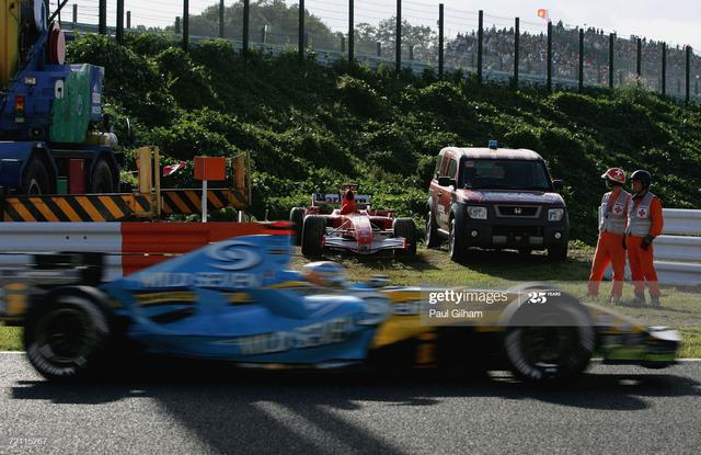 画像: 天王山日本GPで起こったまさかのドラマ。トラブルで止まったシューマッハのマシンの前をアロンソが過ぎ去っていく。実質的なチャンピオン決定の瞬間だった。 www.gettyimages.co.jp
