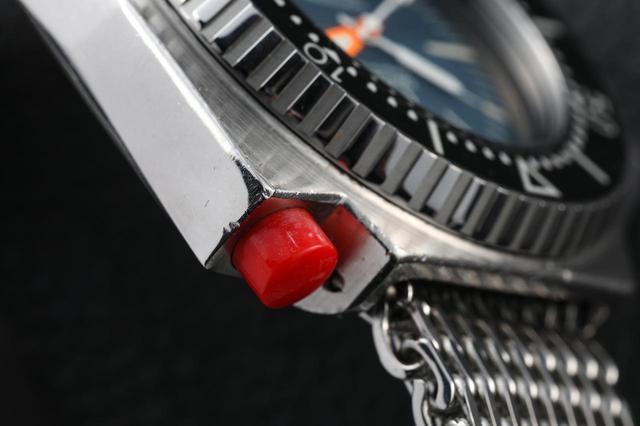 画像: 両回転ベゼルのリリース&ロック用ボタン