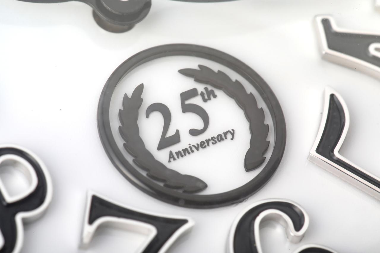 画像: 文字盤の6時位置に配置された25周年の証
