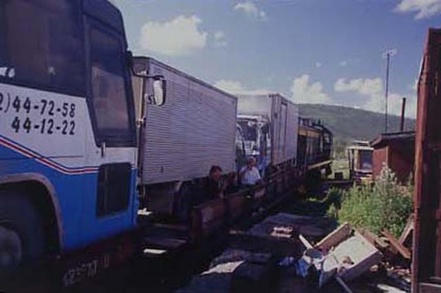 画像: ディーゼル機関車に牽かれてスコボロディノ駅へと出発する「プラットフォーム」の編成。平床構造の、いわゆる「長物車」と呼ばれる貨車だ。