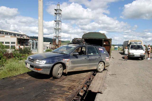画像: 外観は客車のように見える「コンテナ」貨車。まずプラットフォーム貨車に載せてから、コンテナ貨車の中に移動させる。トラックやバスは大きいから無理だ。