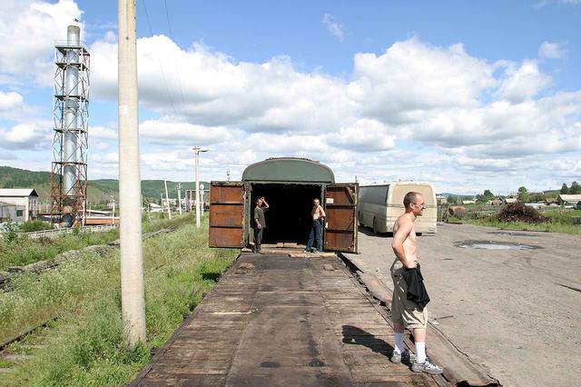 画像2: まだ先は長い 道なき道は走らず貨車へ載せる