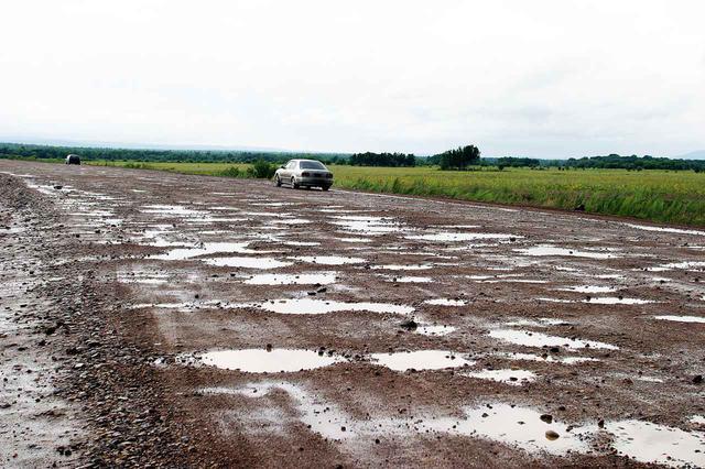 画像: 道幅は広いが、穴だらけの悪路。これ以上の悪路を1000km走れと言われたら、やはり考えるだろう。
