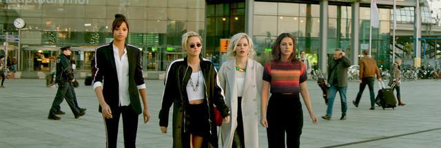 画像: 左から、ジェーン役のエラ・バリンスカ、サビーナ役のクリステン・スチュワート、レベッカ役のエリザベス・バンクス(監督/脚本)、エレーナ役のナオミ・スコット bd-dvd.sonypictures.jp