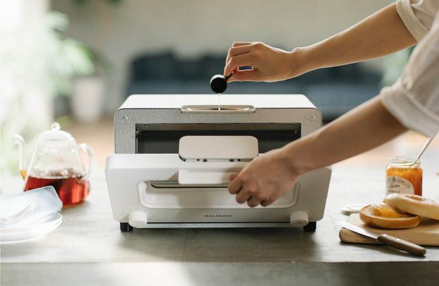"""画像1: バルミューダのトースターが進化!新色&新機能で""""サクふわ""""焼き立てパンを実現"""