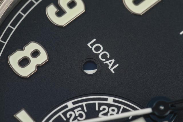 画像: 文字盤の左右には、HOME・LOCALの昼夜が視覚的に判断できるよう昼夜窓が配置されている