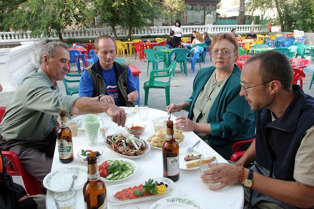 画像: ウラン・ウデにてイーゴリ氏のご両親と叔父さんを囲んで夕食。宿泊した「ブリヤーチヤホテル」そばのレストランで、アゼルバイジャン料理を楽しんだ。
