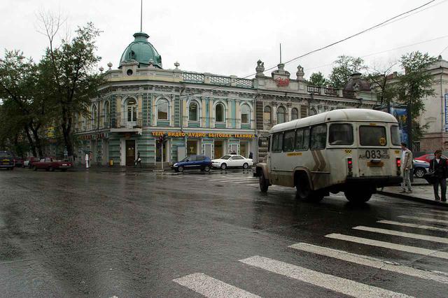 画像: 雨が降る中、ウラン・ウデの市内を行く。ここはブリヤート自治共和国の首都であり、規模的にはかなり大きな都市である。ロシア国内での取材に同行してくれたイーゴリ氏の故郷でもある。