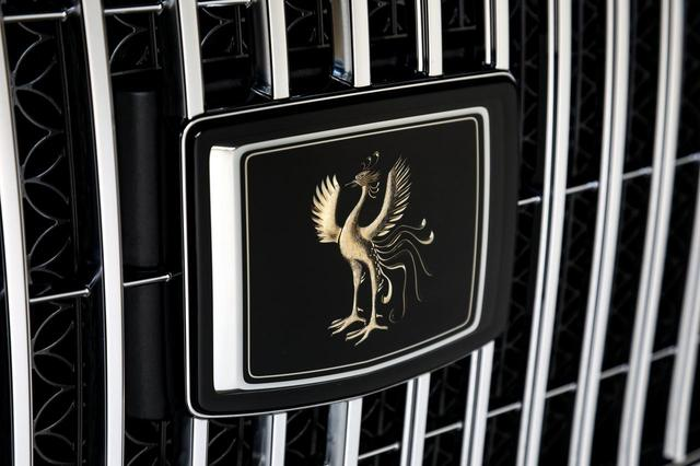 画像: センチュリーのフロントグリルには、匠が1ヶ月以上掛けて彫り込んだ鳳凰のエンブレムが鎮座する