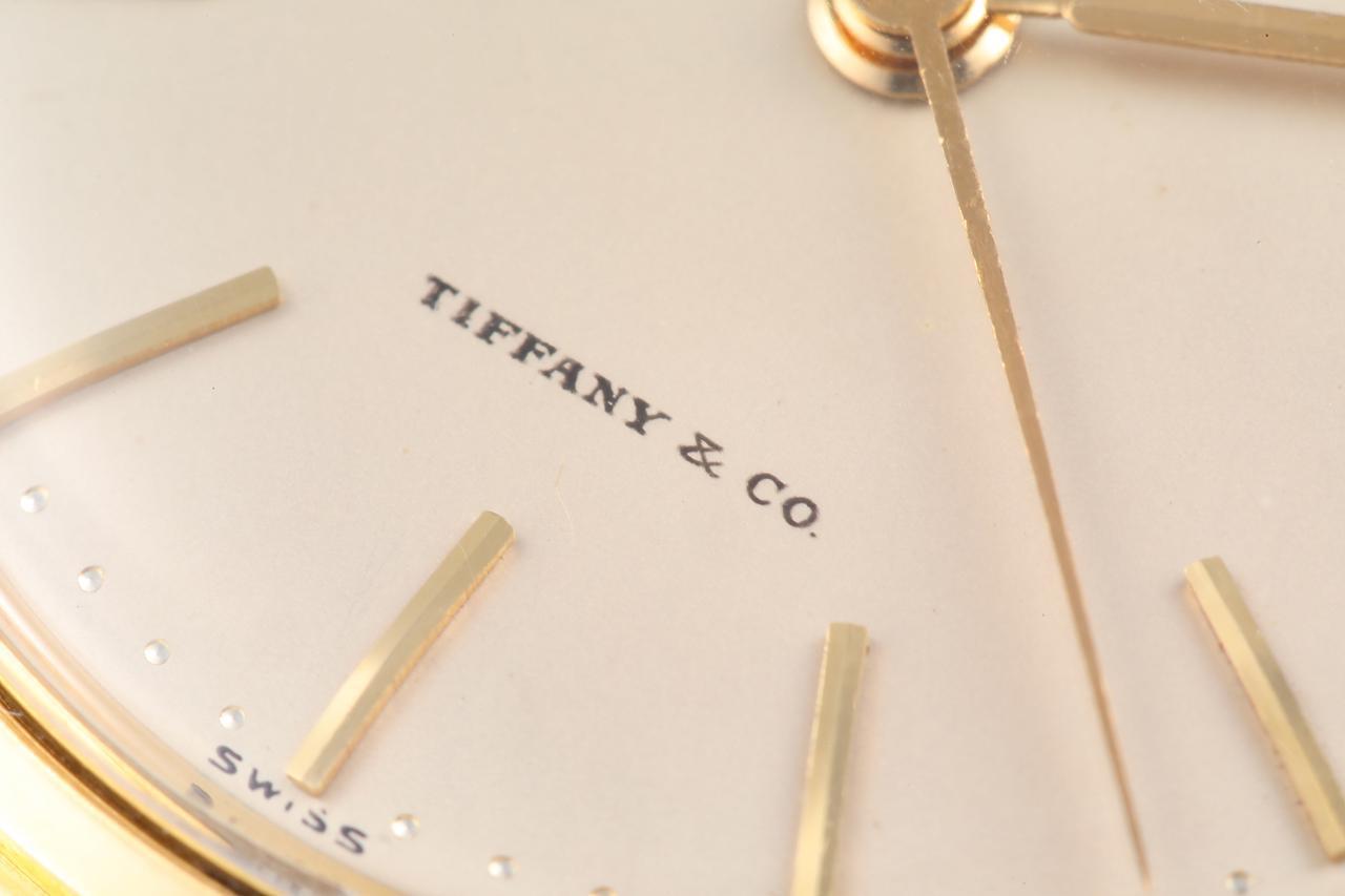 画像: ダイヤル下部にはしっかりとティファニーのブランドネームが配置されている