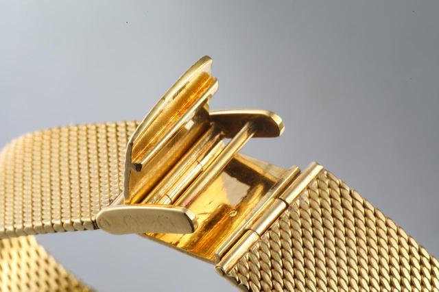 画像: 独特な構造の尾錠。こちらもすべて18Kイエローゴールドだ