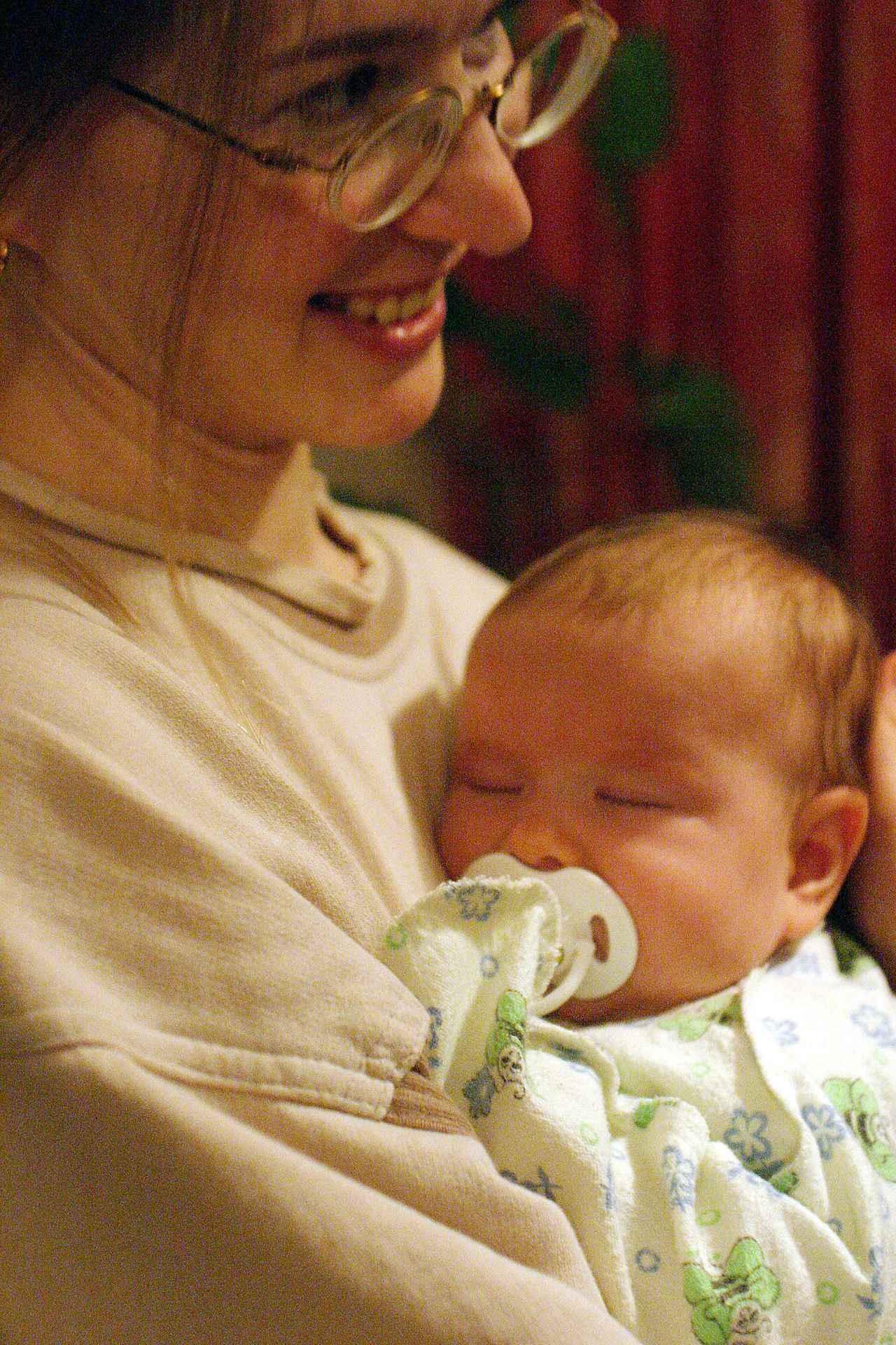 画像: クラスノヤルスクにあるイーゴリさん宅にて。イーゴリさんも初めて会うという、生後3ヶ月のヴィクトリアちゃん。奥さんも嬉しそうだ。