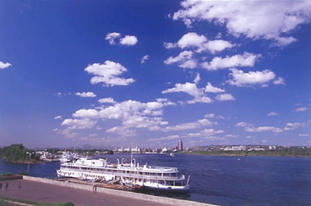 画像: クラスノヤルスク市は、中央シベリアを南から北へと流れる大河「エニセイ川」のほとりに位置する。川の水は真夏でも冷たい。景色は美しいが、使用済み核燃料の保管地としての側面も持つ。