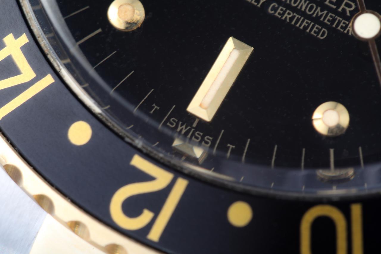 画像: 文字盤下部には「T SWISS」と印字されている