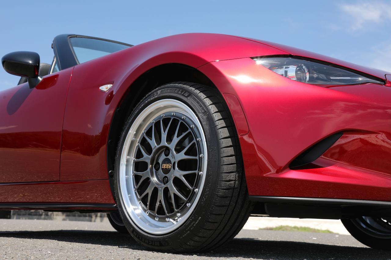 画像: 標準に対してタイヤ幅はワンサイズアップ。視覚的にはホイールアーチギリギリまで、ワイド感を強調している。