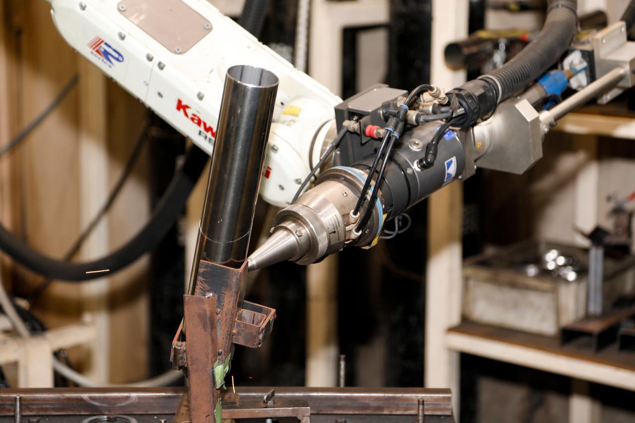 画像: 専用マシンによる作業はあるが、職人の微調整があってこそだ