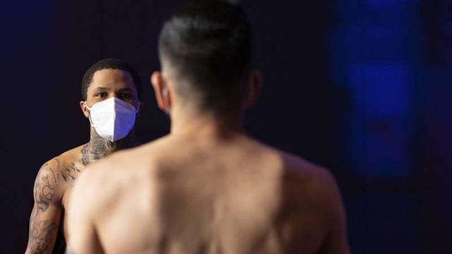 画像1: Gervonta Davis knocks Leo Santa Cruz out cold in sixth with a scintillating uppercut | DAZN News US