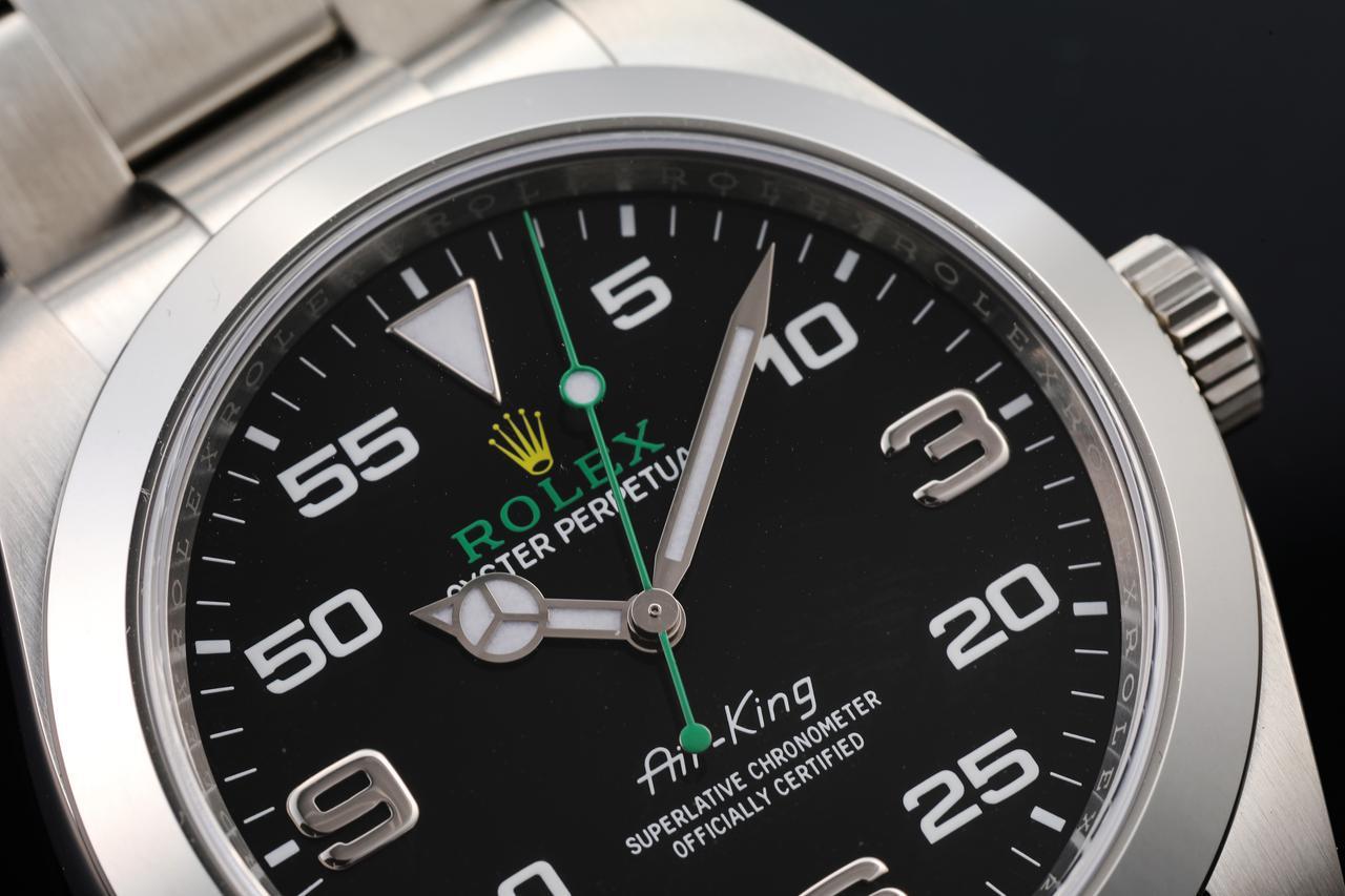 画像: グリーンのロゴとイエローの王冠が目を引く